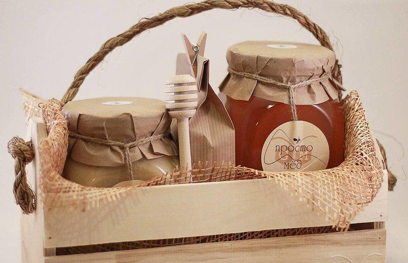 Деревянный ящик с набором меда