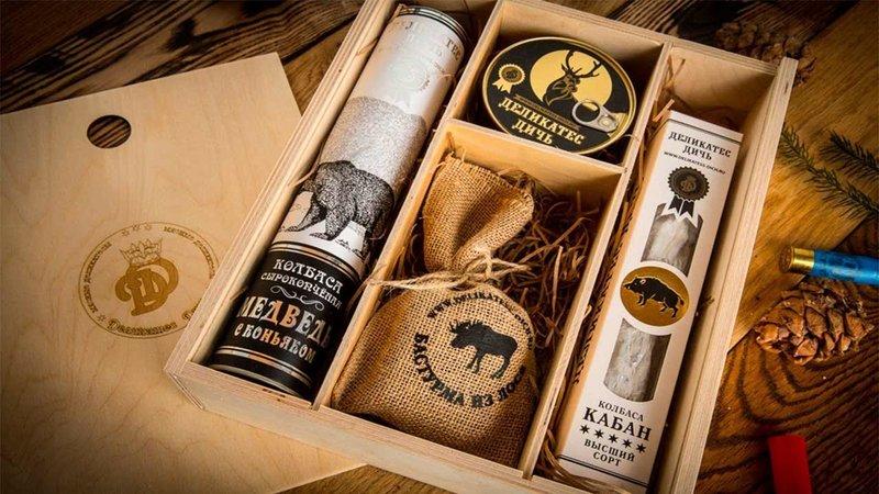 Деревянный ящик с набором персонализированных деликатесов