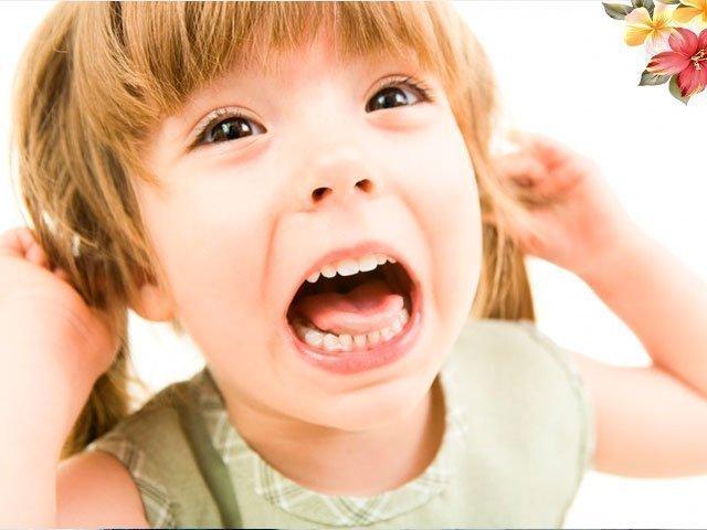 Ребенок бьет маму, почему и что делать