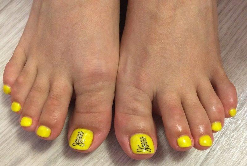 Желтый педикюр со стразами