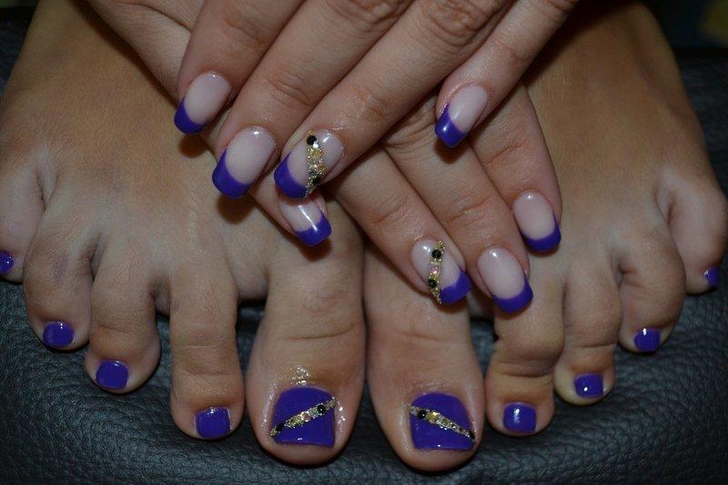 Фиолетовые ногти с черными стразами