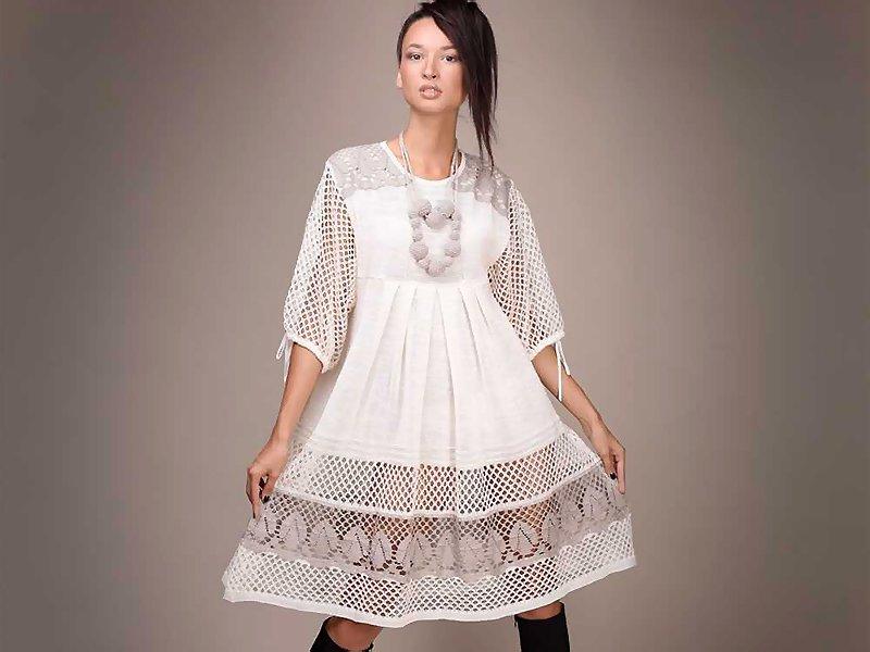 Льняное белое платье с кружевом