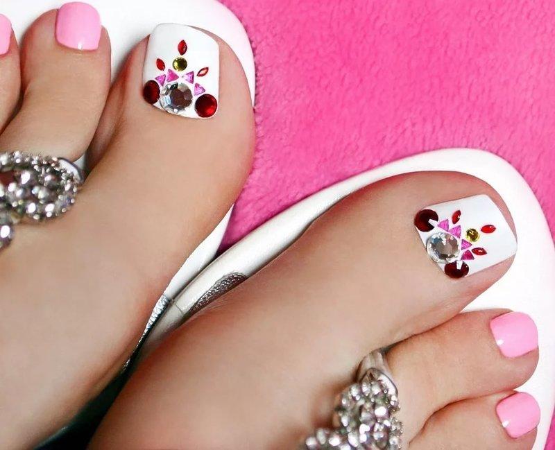 Бело-розовый дизайн со стразами