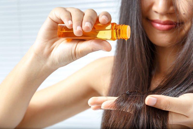 Нанесение масла жожоба на кончики волос
