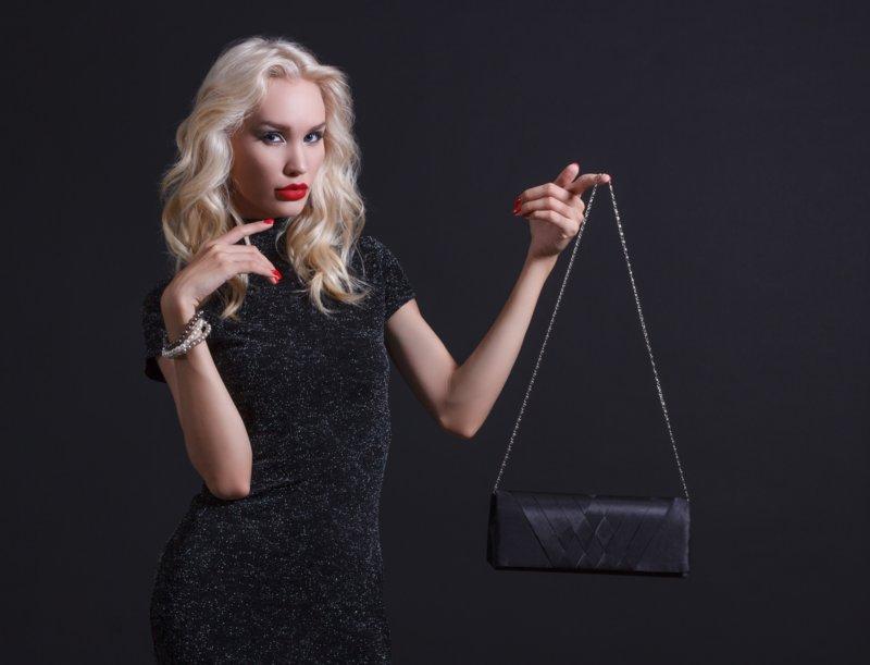 Длинный черный клатч и платье-футляр