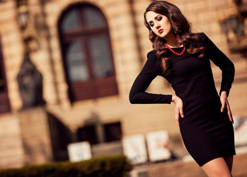 Платье-футляр с красными бусами