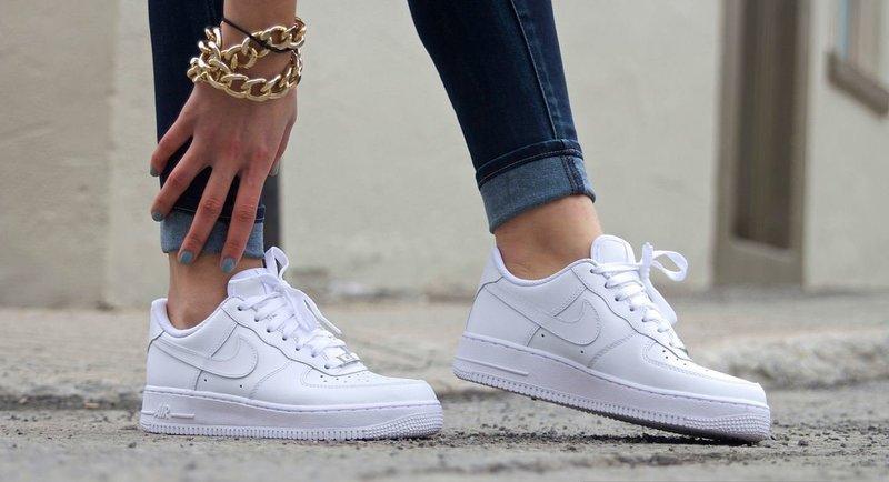 Белые стильные кроссовки
