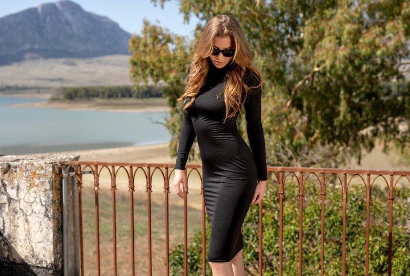 Платье-футляр и черные очки