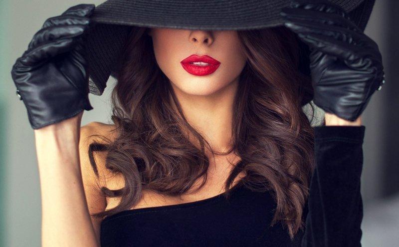 Сочетание черной шляпы и перчаток