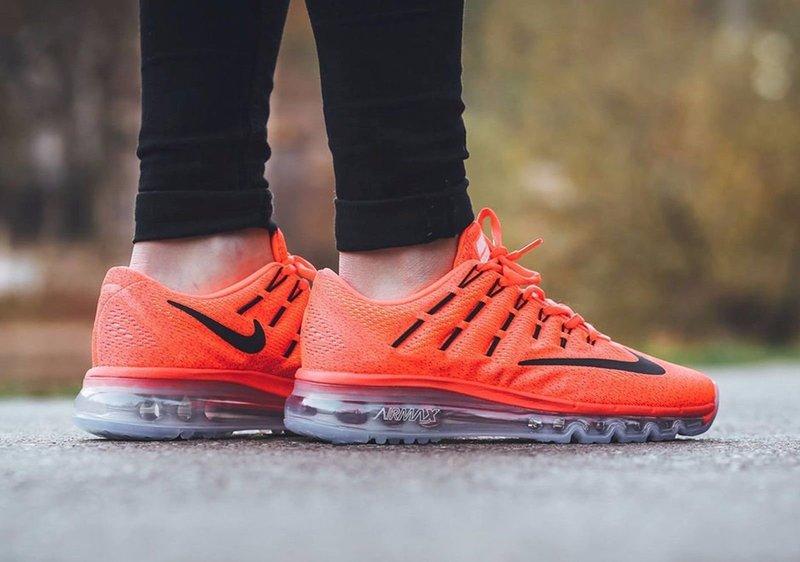 Красивые оранжевые кроссовки