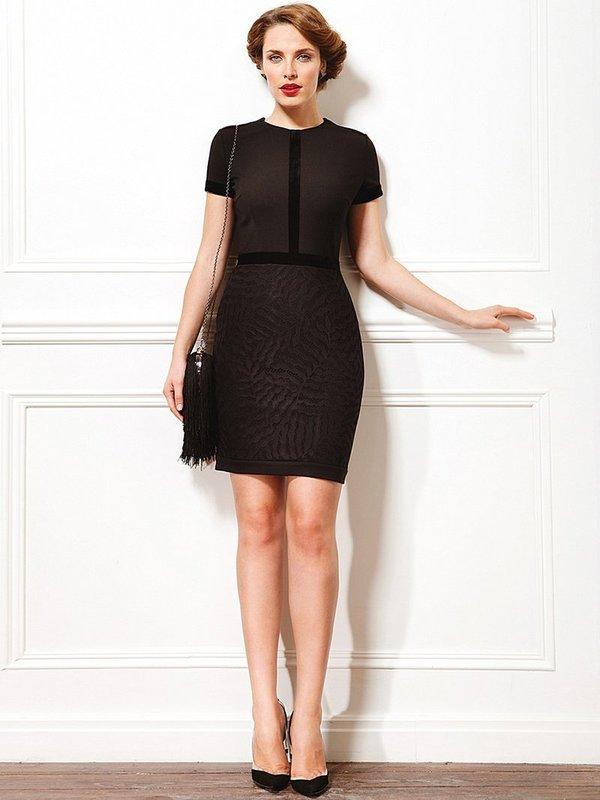 Платье-футляр с черной сумочкой