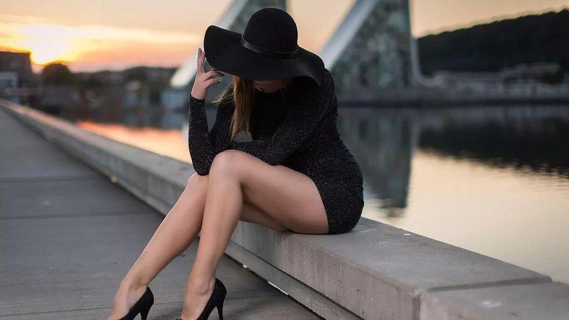 Платье-футляр с черной шляпой
