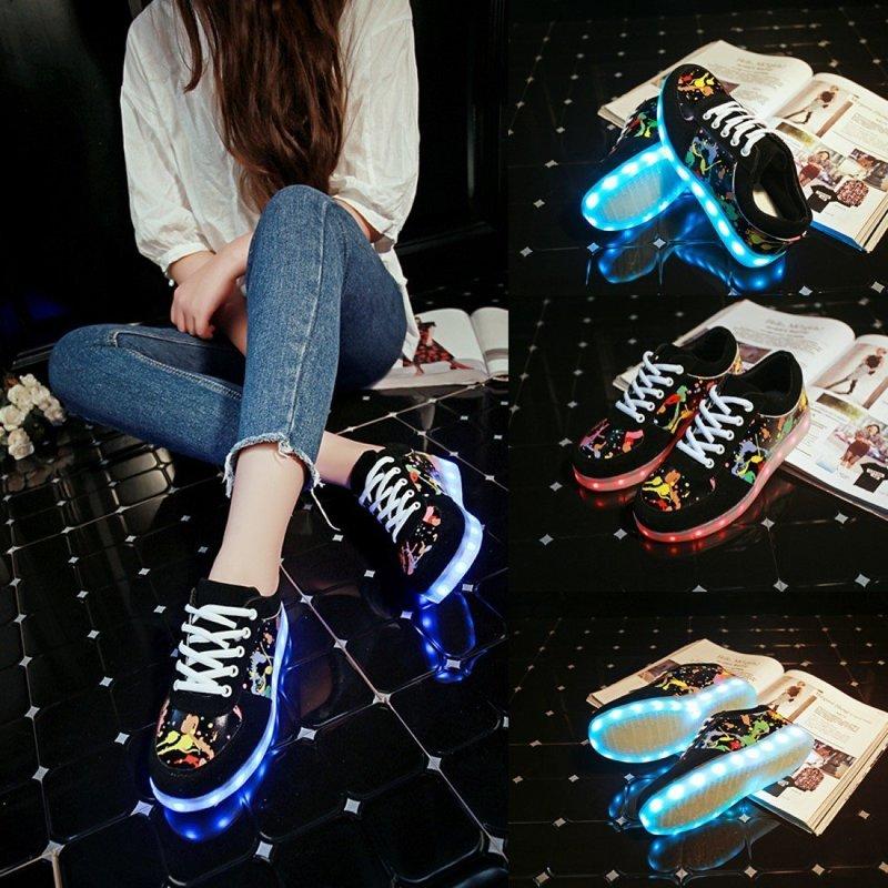 Женские кроссовки с граффити
