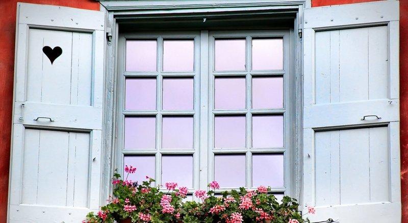 Окно с открытыми ставнями