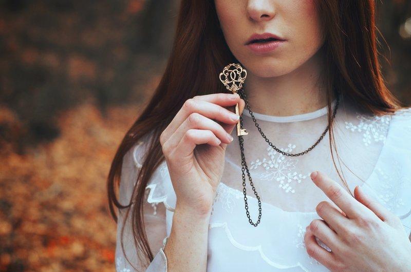 Девушка со старинным ключом
