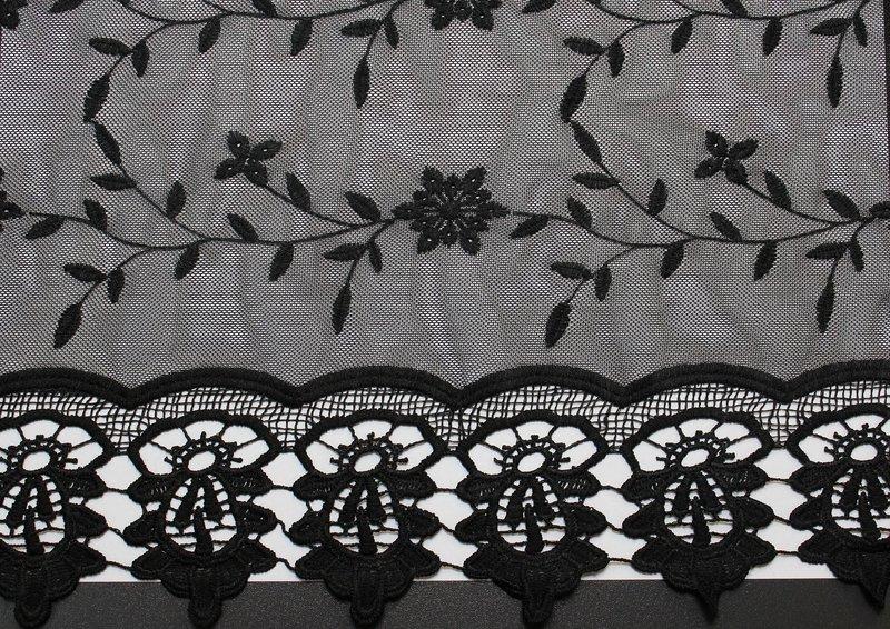 Мода на чёрное кружево и сеточный материал