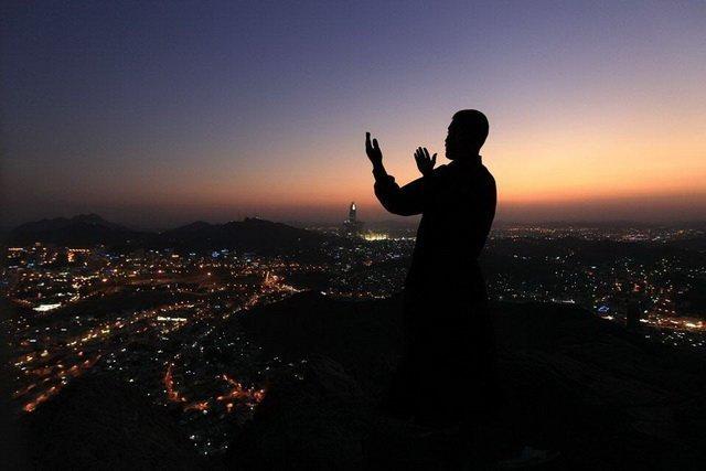 Мусульманин читает вечерний намаз