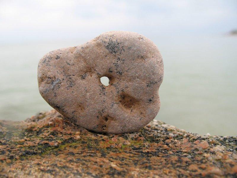 Камень с дырочкой — куриный бог: свойства, заклинания