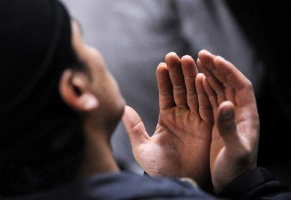 Мусульманин читает дуа на привлечение богатства