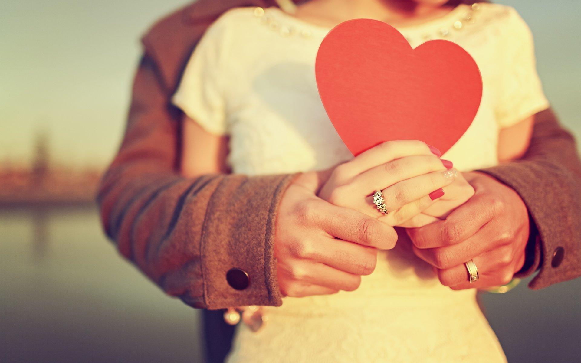 Пара держит сердечко