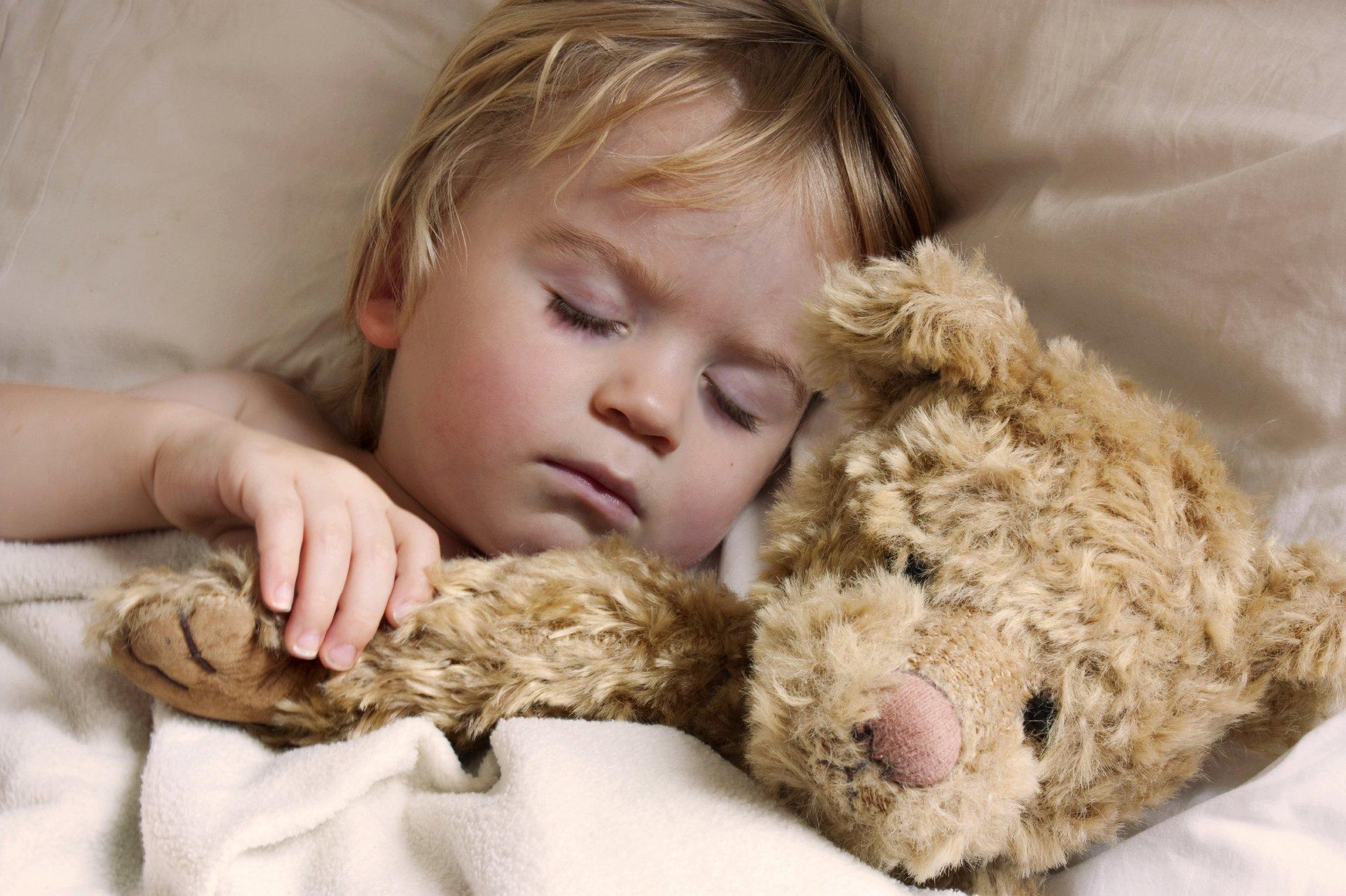 Ребёнок спит с заговоренным мишкой