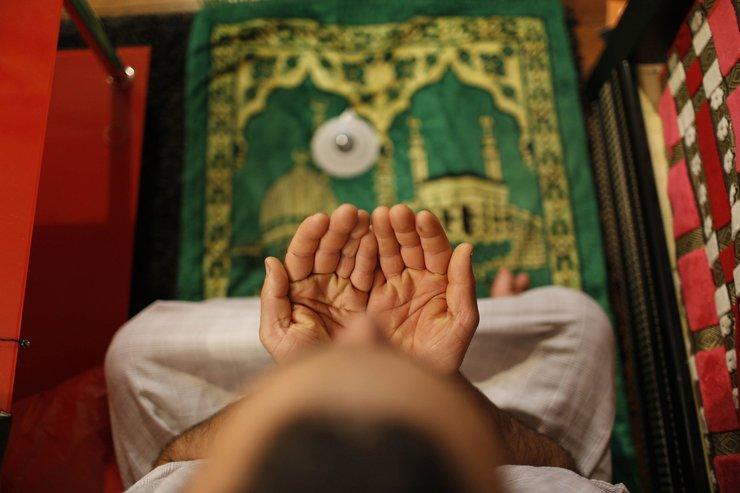 Мусульманин читает сура перед сном