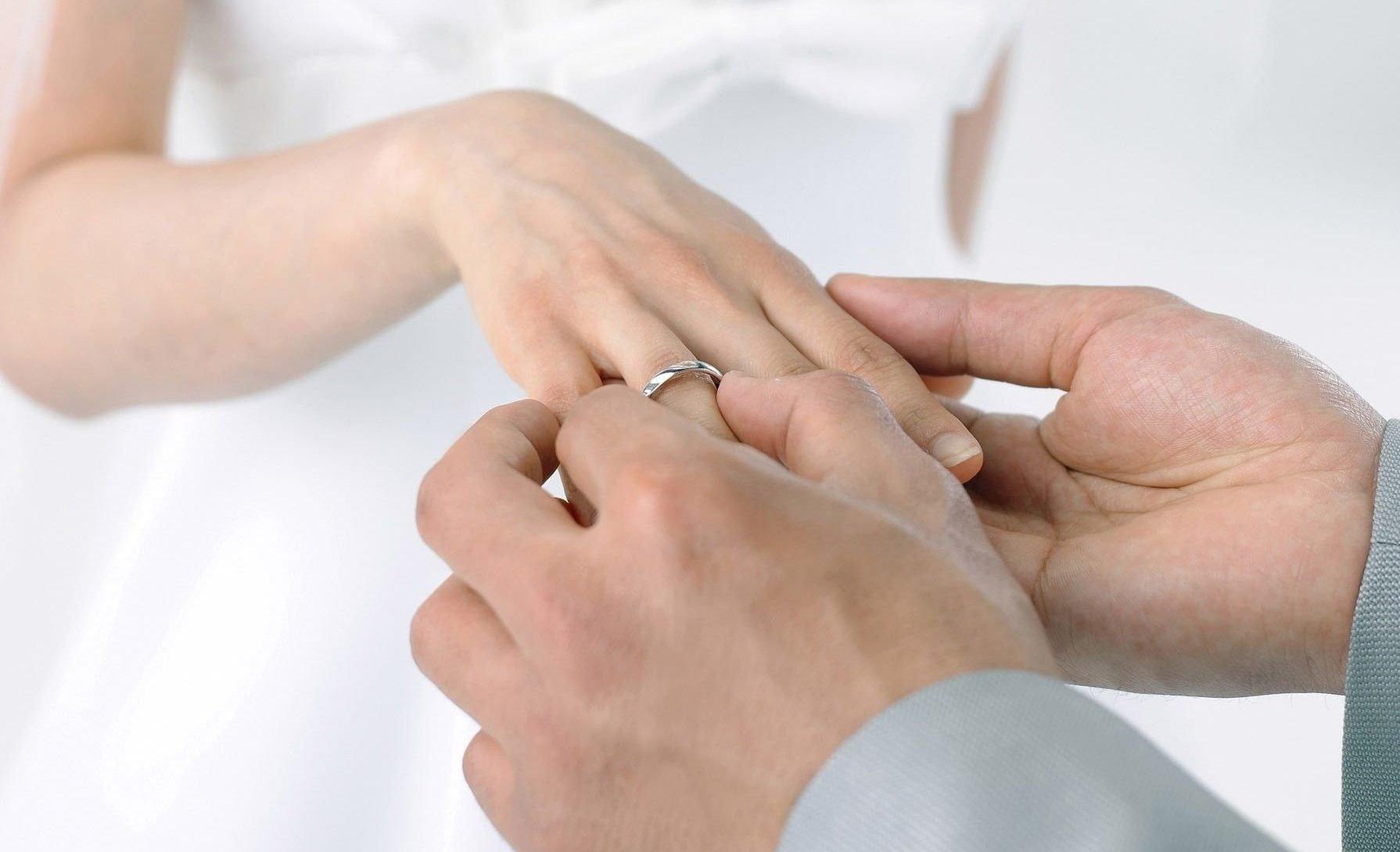 Обручальное кольцо на руке женщины