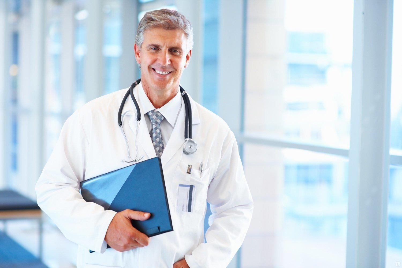 Улыбающийся врач с синей папкой