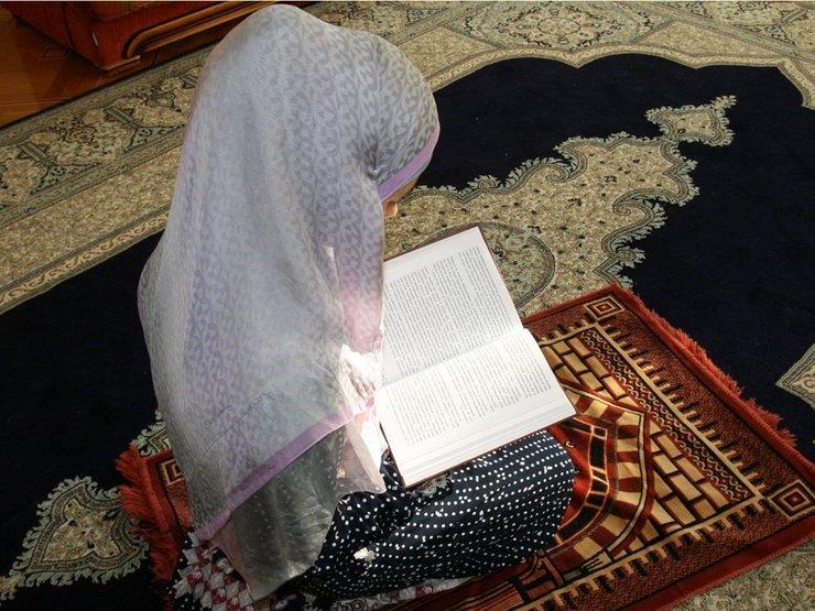 Мусульманка молится об очищении дома