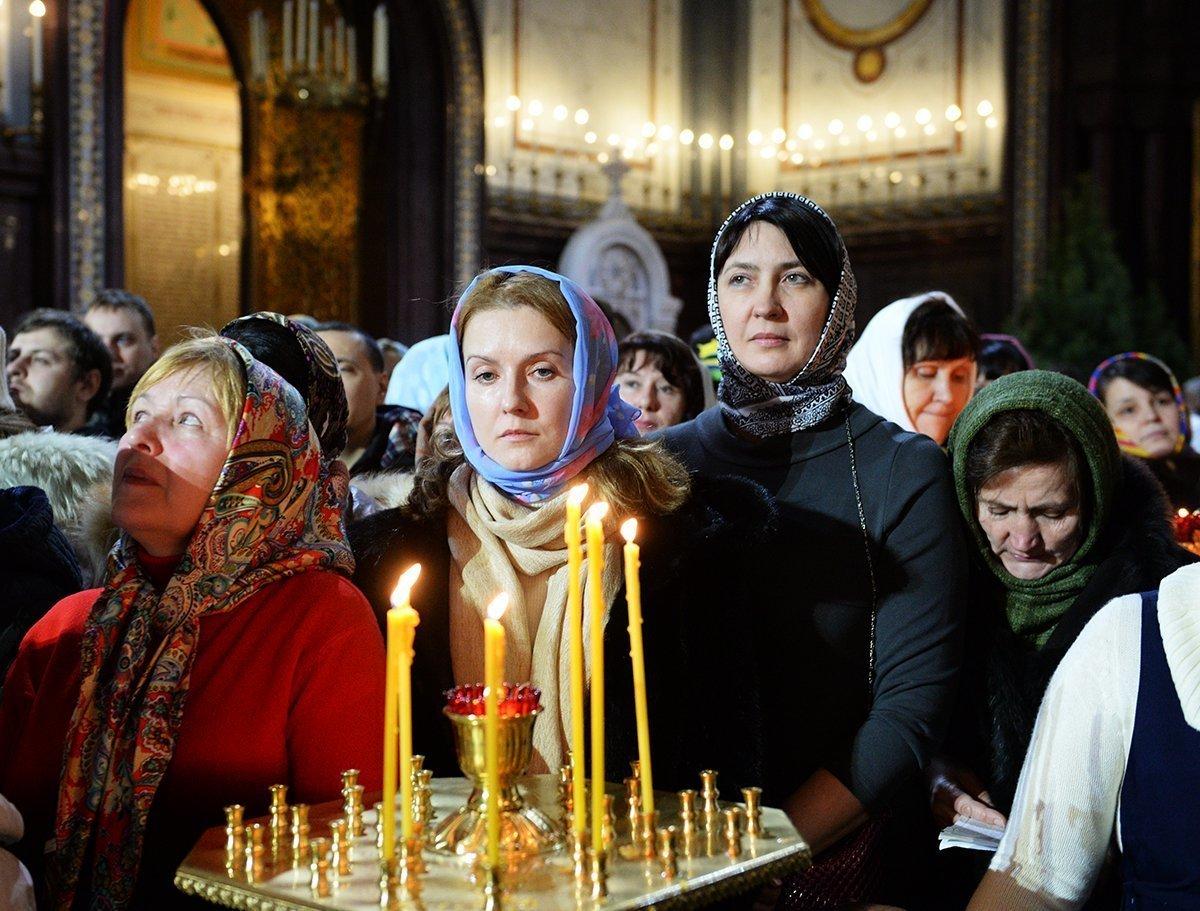 Молящиеся родственники о рожающей женщине