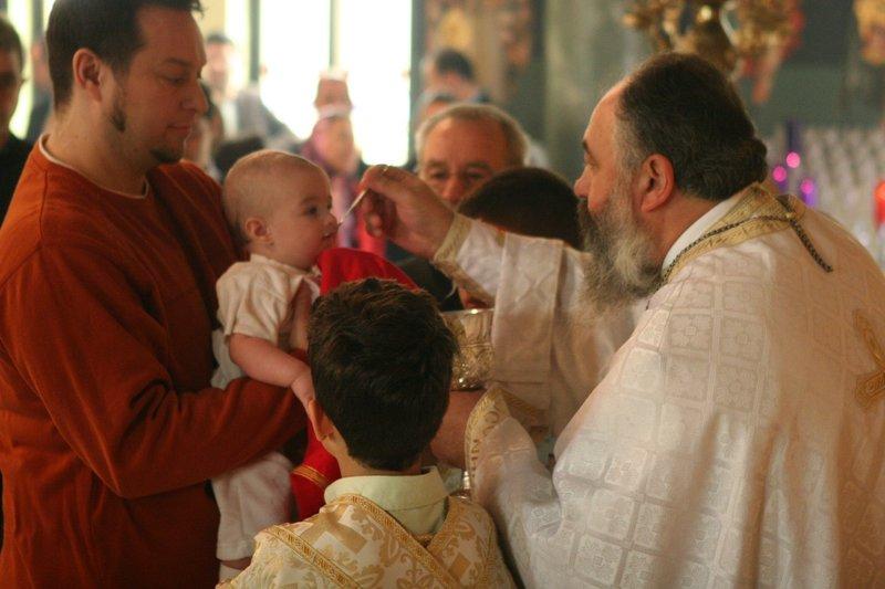 Причащение младенца в церкви