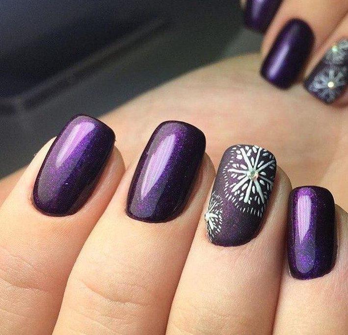 Фиолетовый маникюр ко снежинками