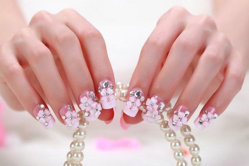 Яркий розовый маникюр с акриловыми цветами и стразами