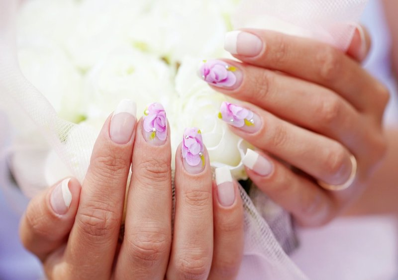 Свадебный маникюр с яркими цветами