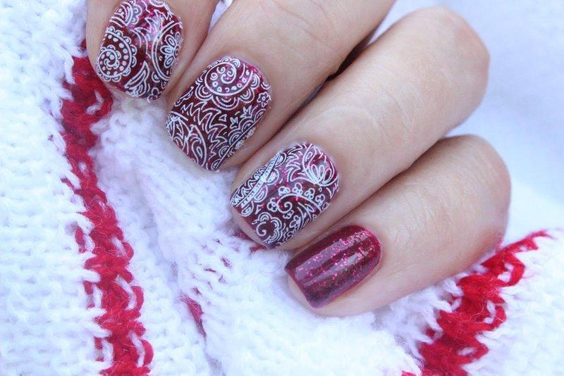Белое кружево на красных ногтях с глиттером