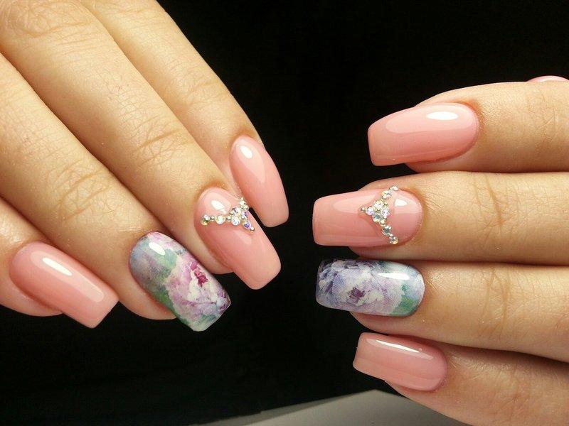 Красивый розовый дизайн ногтей со слайдом и стразами