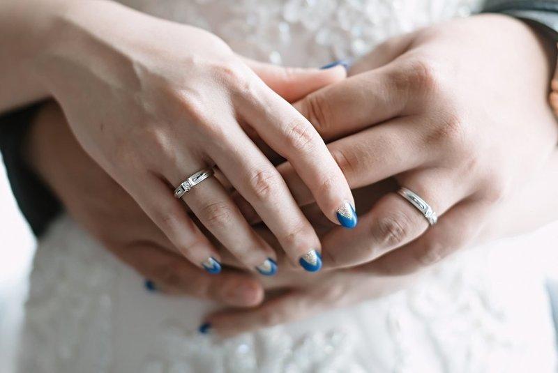 Синий свадебный маникюр с треугольной золотой лункой