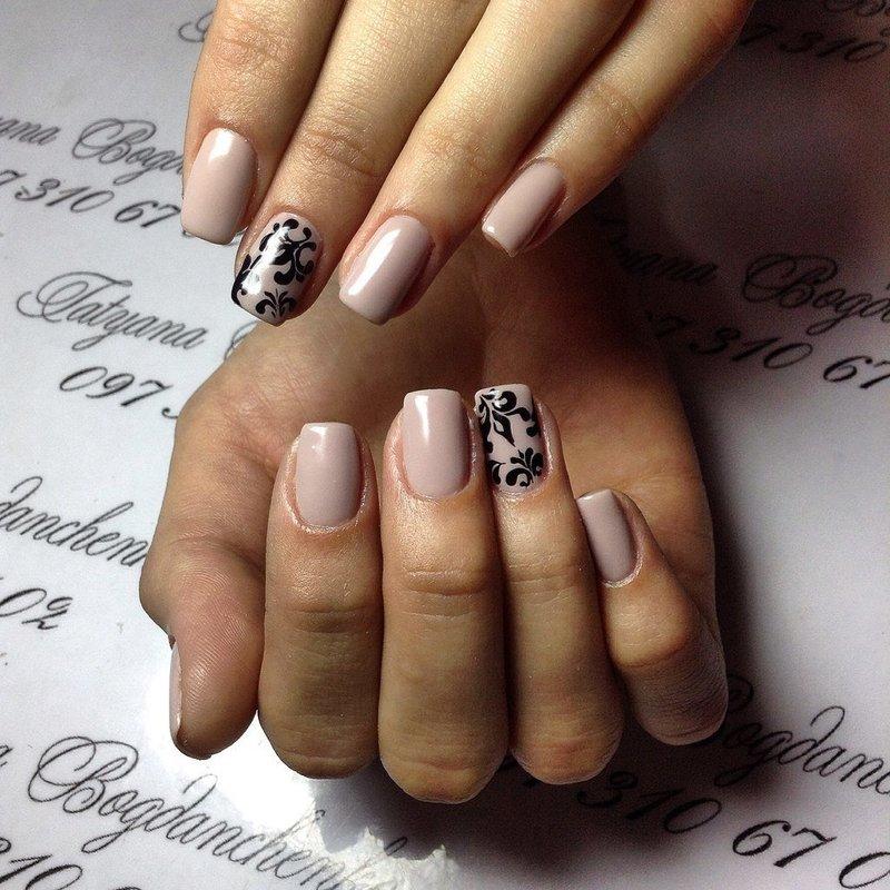 Бледно-розовые ногти с чёрным узором