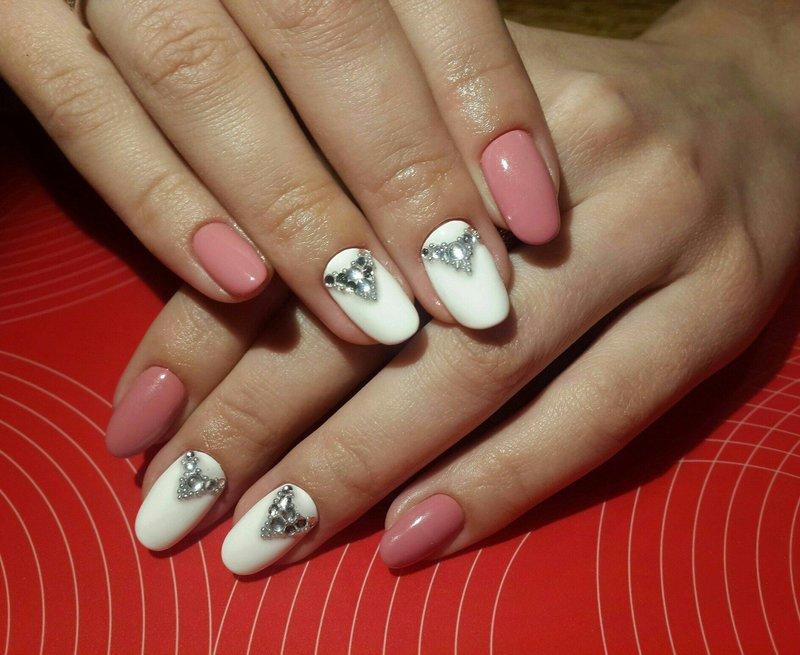 Бело-розовый маникюр с украшением из страз