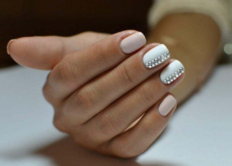 Ногти пастельных тонов с полосками из страз