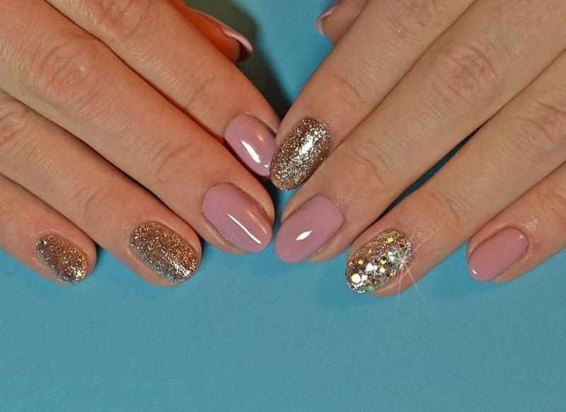 Дизайн ногтей в стиле нюд с золотыми блёстками и камифибуками