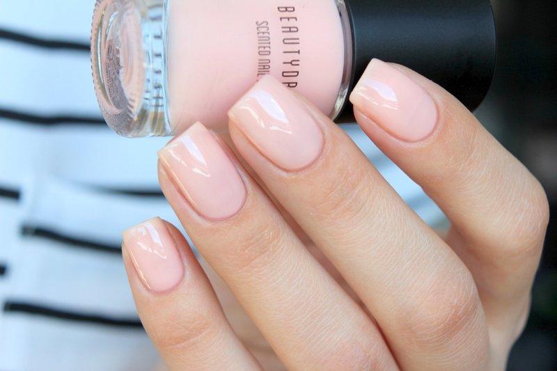 Нюдовый розовый лак на короткие ногти