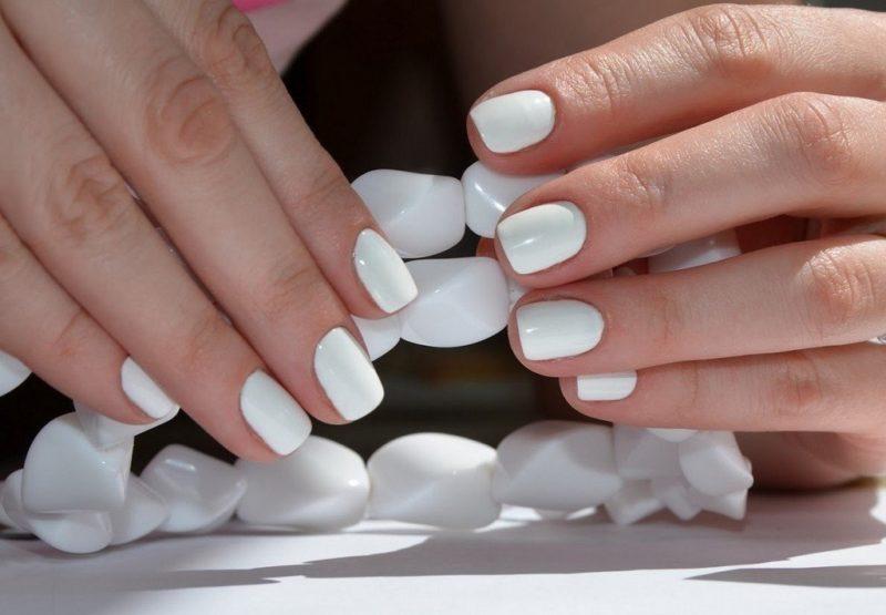 Классический белый маникюр на короткие ногти