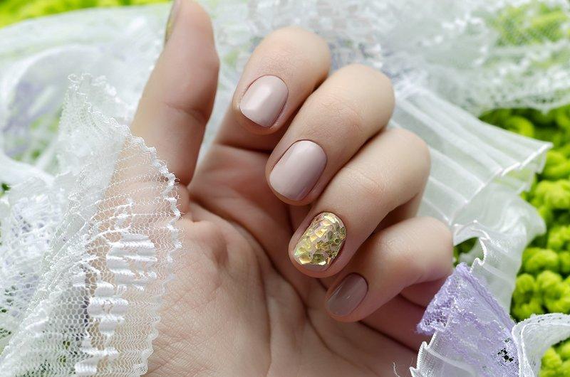 Свадебный маникюр нюд с золотой слюдой