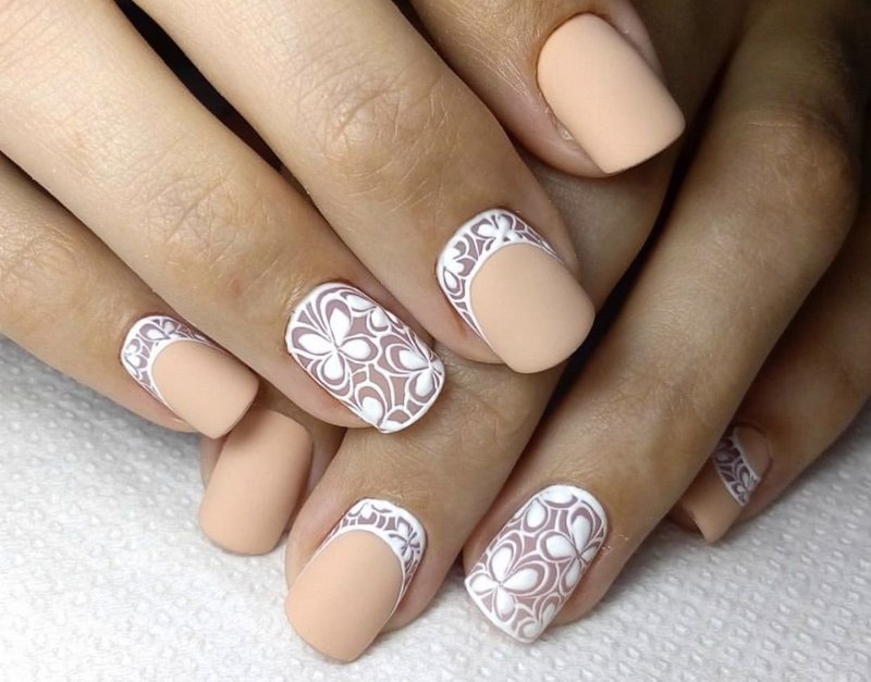 Матовые нюдовые ногти с белыми лунками и узорами