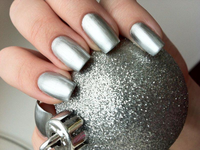 Серебрянный гель-лак на длинные ногти