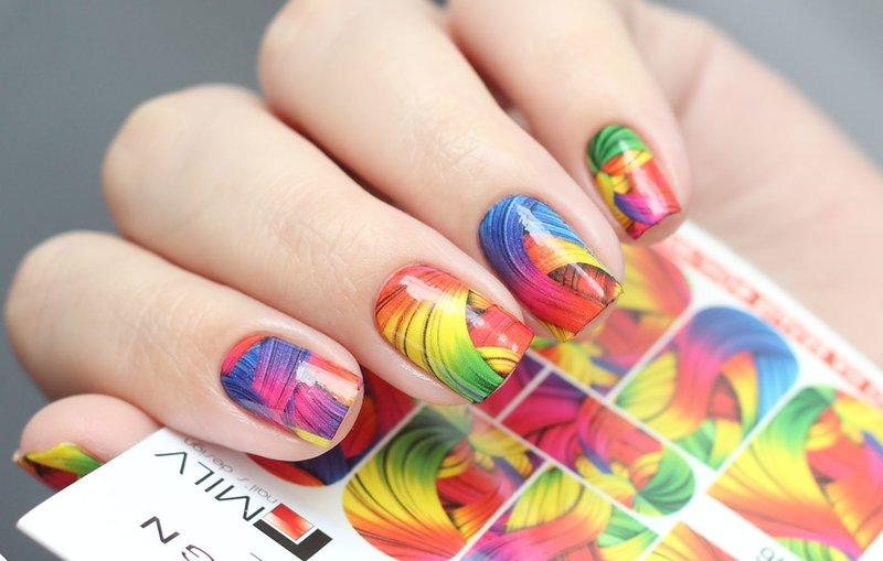 Разноцветные абстракционные слайды на ногтях