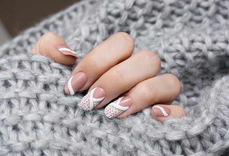 Белый вязанный узор на ногти средней длины