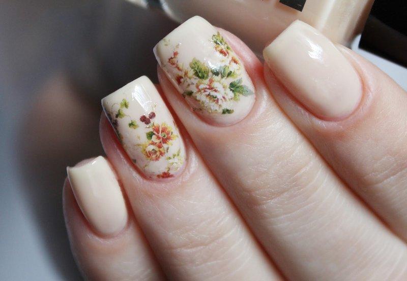 Нюдовый маникюр с цветочным слайдом