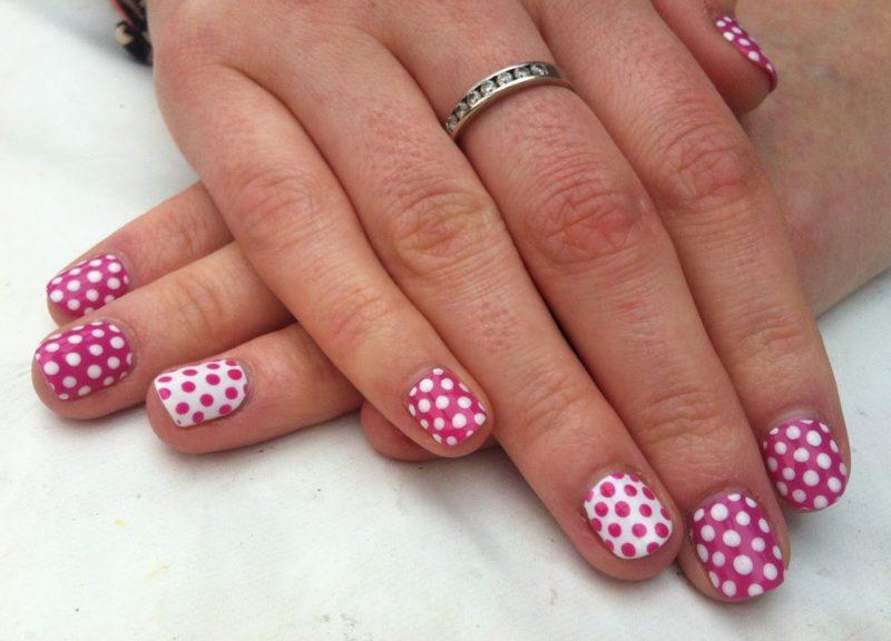 Розовый дизайн ногтей в яркий горошек